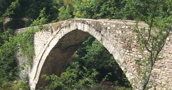 Τοξωτή γέφυρα στην Πύλη